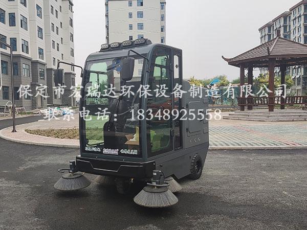 保定贝博手机网页驾驶式清扫车在湖南怀化小区上岗