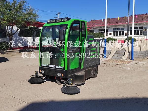 廊坊张家堡村委会使用保定贝博手机网页驾驶式清扫车进行街道清洁